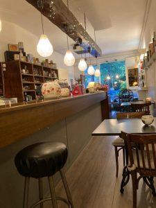 Op de tafels en bar in restaurant De Hogenhouck staan de sfeerlichten voor MS